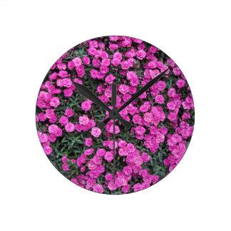 Natürlicher Hintergrund der lila Runde Wanduhr
