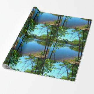 Natürliches Wasser-reflektierende Bäume Geschenkpapier