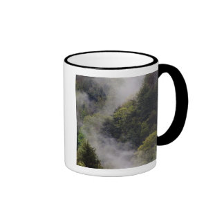 Nebel, der vom Bergabhang nach Frühlingsregen Ringer Tasse