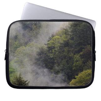 Nebel, der vom Bergabhang nach Frühlingsregen stei Laptop Computer Schutzhülle