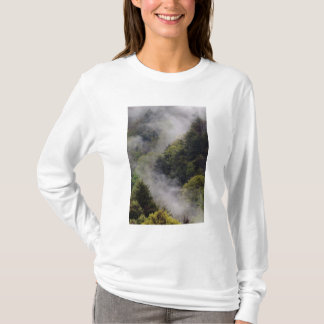 Nebel, der vom Bergabhang nach Frühlingsregen T-Shirt