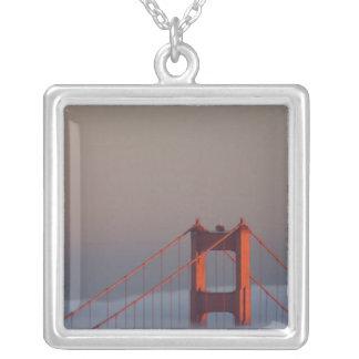 Nebel rollt durch die San- Francisco Baybedeckung Versilberte Kette