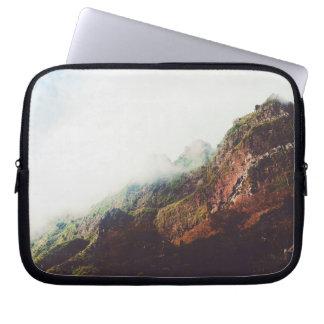 Nebelhafte Berge, entspannende Laptopschutzhülle