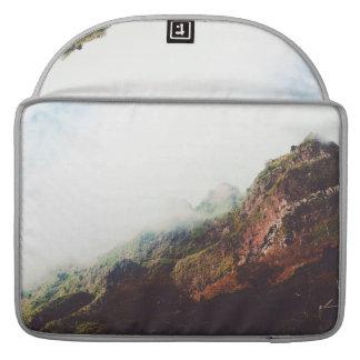 Nebelhafte Berge, entspannende Sleeve Für MacBook Pro