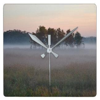 Nebelhafter Morgen Quadratische Wanduhr