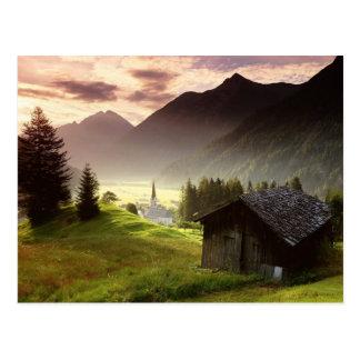 Nebelhaftes Bergdorf Tirols Österreich Postkarte
