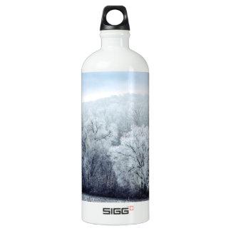 Nebelige Winter-Landschaft mit Schnee bedeckte Aluminiumwasserflasche