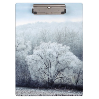 Nebelige Winter-Landschaft mit Schnee bedeckte Klemmbrett