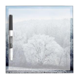 Nebelige Winter-Landschaft mit Schnee bedeckte Memoboard