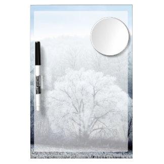 Nebelige Winter-Landschaft mit Schnee bedeckte Trockenlöschtafel Mit Spiegel