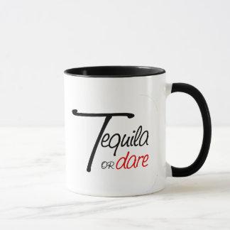 Nehmen Sie einen Schuss von Tequila oder demütigen Tasse