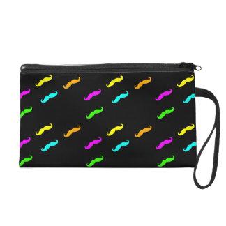 Neon färbt gelockten Schnurrbart auf Schwarzem Wristlet