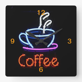 Neonkaffee-Zeichen auf Schwarzem Quadratische Wanduhr