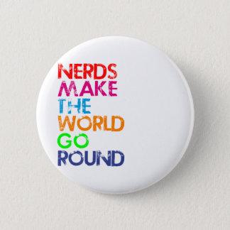 Nerds meke the world go round runder button 5,7 cm