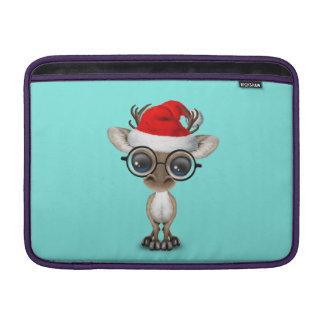 Nerdy Baby-Ren, das eine Weihnachtsmannmütze trägt MacBook Sleeve