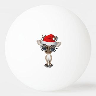 Nerdy Baby-Ren, das eine Weihnachtsmannmütze trägt Tischtennis Ball