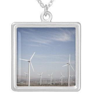 Nette schauende Windmühlen in der Wüste Versilberte Kette
