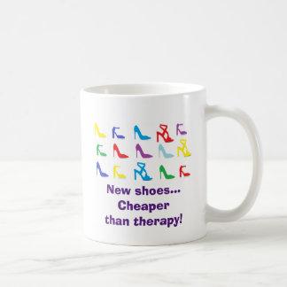 """""""Neue Schuhe… billiger als Therapie! """"Tasse Kaffeetasse"""