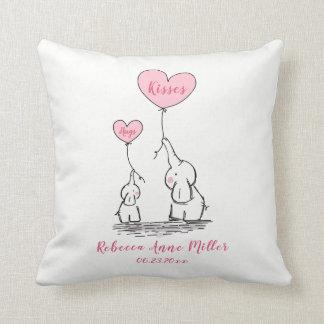 Neues Baby umarmt und küsst Elefanten Kissen