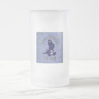 Neues Bündel Freude mit blauem Mattglas Bierglas