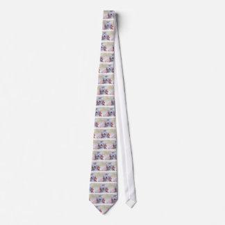 Neugeborene silberne Tabbyhauptkatze, die an Hand Krawatte
