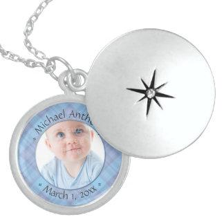 Neugeborenes Baby-Jungen-blaues kariertes Medaillon
