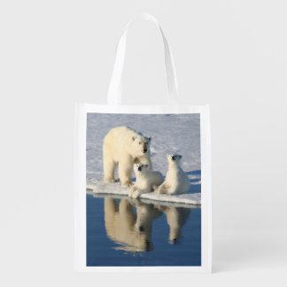 Neugierige Eisbär-Familie Tragetasche