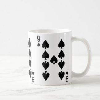 Neun der Spaten-Spielkarte Kaffeetasse