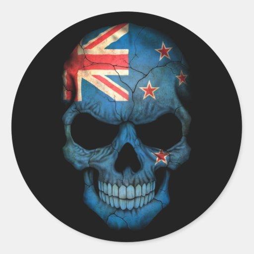 Neuseeland-Flaggen-Schädel auf Schwarzem Runde Aufkleber