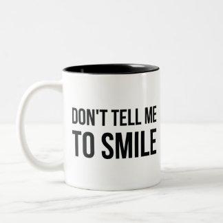Nicht bitten Sie mich zu lächeln Zweifarbige Tasse
