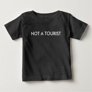 Nicht ein touristisches Kleinkind Baby T-shirt