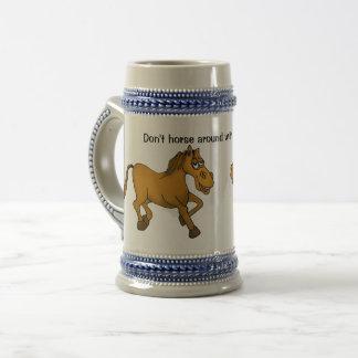 Nicht tun Pferd herum mit meinem Bier Stein. Bierglas