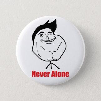Nie allein - Pinback Knopf Runder Button 5,7 Cm