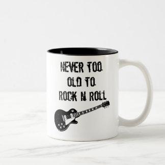 Nie zu alt zum Rock'n'Roll Zweifarbige Tasse