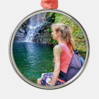 Niederländische Frau, die auf Felsen nahe Rundes Silberfarbenes Ornament