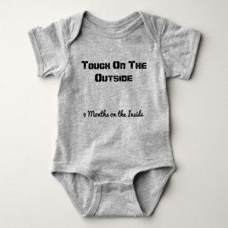 Niedliche Babyausstattung. Gediente Zeit Baby Strampler