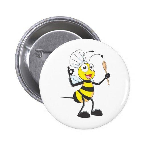 Niedliche Biene in der Kochs-Ausstattung köstlich Anstecknadelbutton