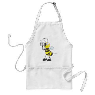 Niedliche Biene, welche die Ferngläser betrachten Schürze