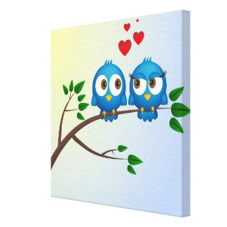 Niedliche blaue Vögel im Liebe-Cartoon Gespannter Galerie Druck