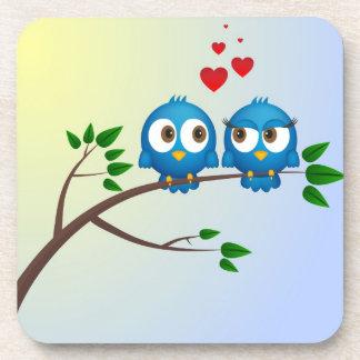 Niedliche blaue Vögel im Liebe-Cartoon Getränkeuntersetzer