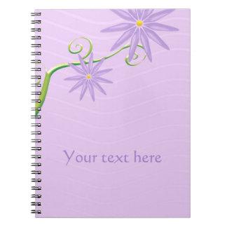Niedliche Blumen auf violettem Notizblock