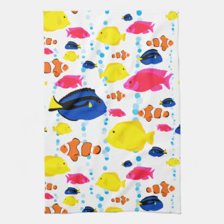 Niedliche bunte tropische Fische und Blasen Handtuch