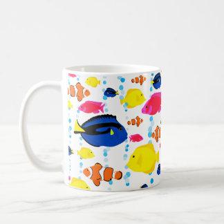 Niedliche bunte tropische Fische und Blasen Kaffeetasse