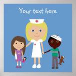 Niedliche Cartoon-Krankenschwester u. Kinderplakat Plakate