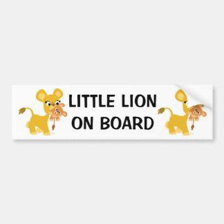 Niedliche Cartoon-Löwin, die ihr CUB trägt Autoaufkleber