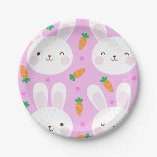 Niedliche Cartoonhäschen und -karotten auf rosa Pappteller