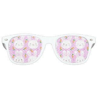 Niedliche Cartoonhäschen und -karotten auf rosa Sonnenbrille