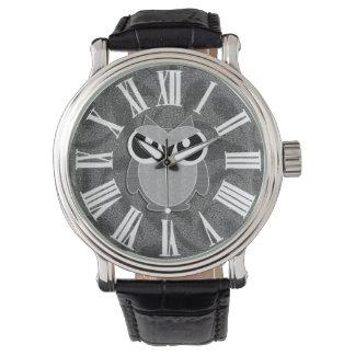 Niedliche Eule in den Schatten des Graus mit Armbanduhr