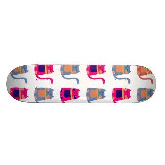 Niedliche fette Kitty-Katzen im rosa Melone-blauen Skateboard Deck