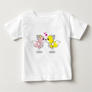 Niedliche Füchse im Liebe-Cartoon-Baby-Shirt Baby T-shirt